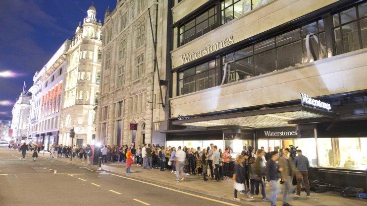 """Fanai prie Waterstones Piccadilly knygyno laukiantys knygos """"Haris Poteris ir Prakeiktas vaikas"""" išleidimo."""