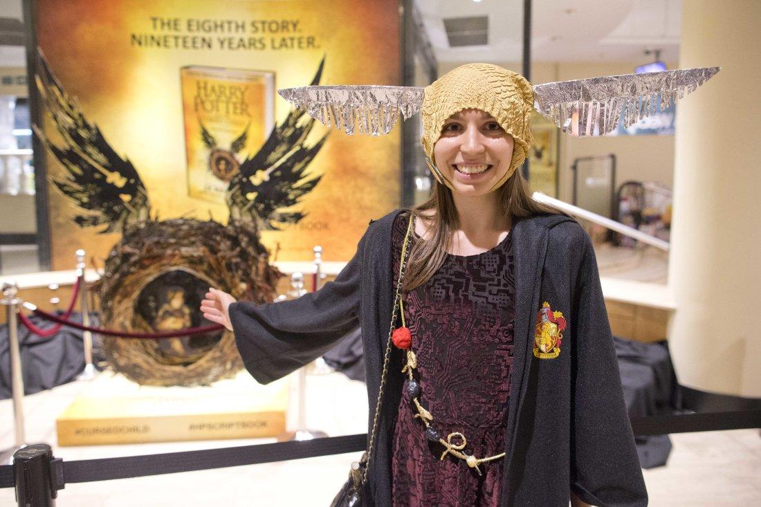 Jennifer Burchett, dėvinti aukso šmaukšto kepurę, kurią jau pasiuvo mama Pasaulinei knygų dienai, kai jai buvo devyneri.